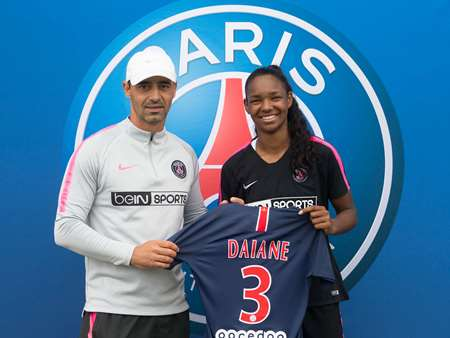 Daiane stands with Olivier Echouafni after signing for PSG | Source: psg.fr