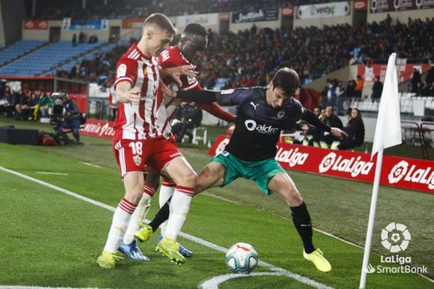 Appiah y Maras defendiendo en el Almería-Racing | Fuente: La Liga