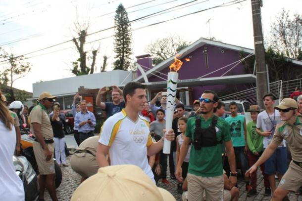 Maurício Scota, se emocionou ao receber a Tocha (Fotos:Tiago Mairo Garcia /Folha de Candelária)