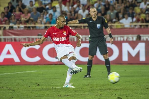 Fabinho, que realizó un gran encuentro, transforma un penalti. | FOTO: ASMonaco.com