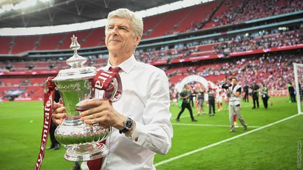Arsène Wenger con la última FA Cup conseguida por el Arsenal | Fotografía: Arsenal