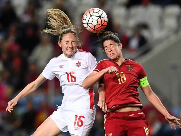 Janine Beckie going for the ball | Photo: FRANCISCO LEONG / AFP/Getty Images