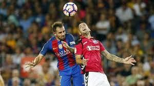 Disputando un balón. Fuente: fcbarcelona.es
