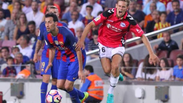 Llorente y Busquets, disputando un balón. Fuente: fcbarcelona.es