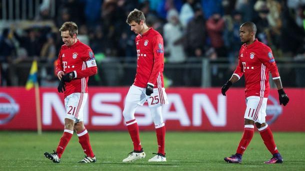 Lahm, Müller y Douglas Costa cabizbajos tras la derrota en Rostov | Foto: FC Bayern
