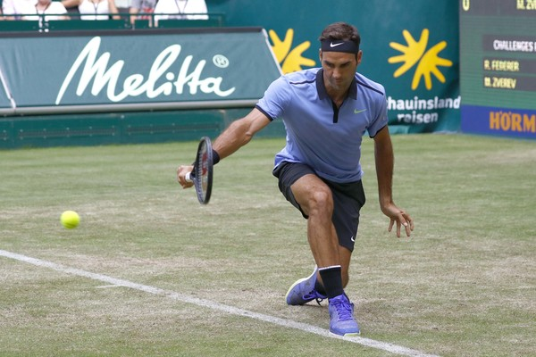 Improving Roger Federer beats Mischa Zverev to reach Halle Open quarter-finals