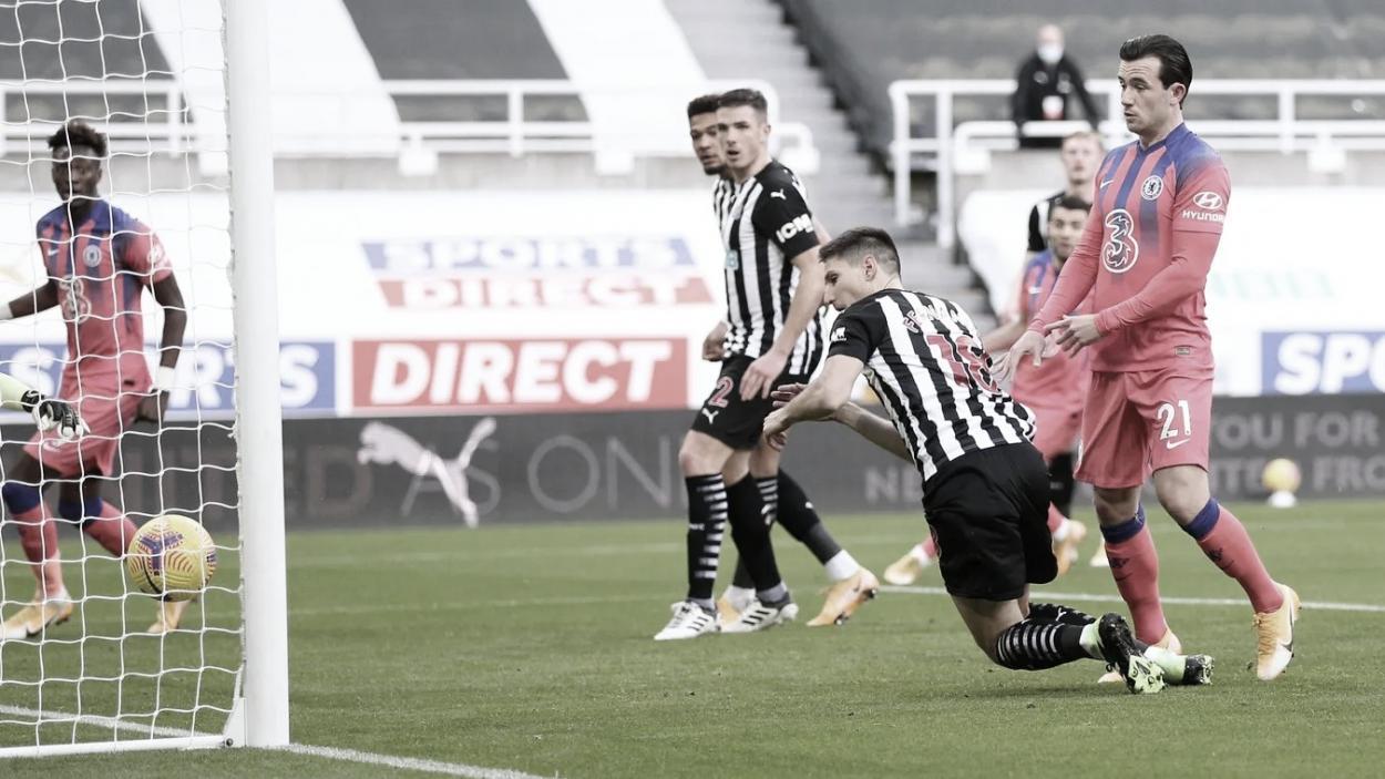El desafortunado gol de Federico Fernández en propia puerta./ Foto: Premier League