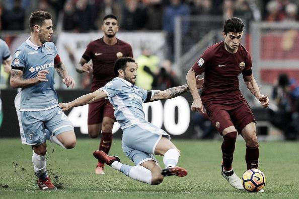 Primeiro tempo foi marcado por divididas fortes, como essa entre Felipe Anderson e Perotti, sob o olhar atento de BIglia (Foto: Marco Rosi/Getty Images)