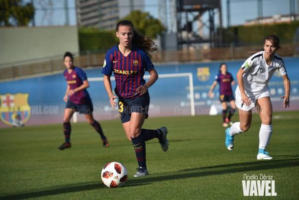 Candela conduce el balón | Foto: Noelia Déniz (VAVEL.com)