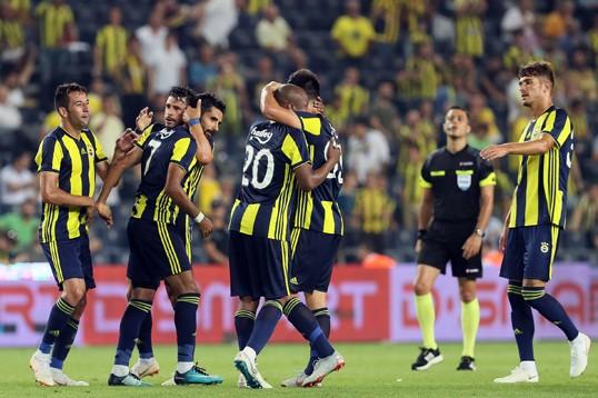 Jogadores do Fenerbahçe comemoram gol em vitória sobre o Cagliari. Foto: Divulgação/Fenerbahçe