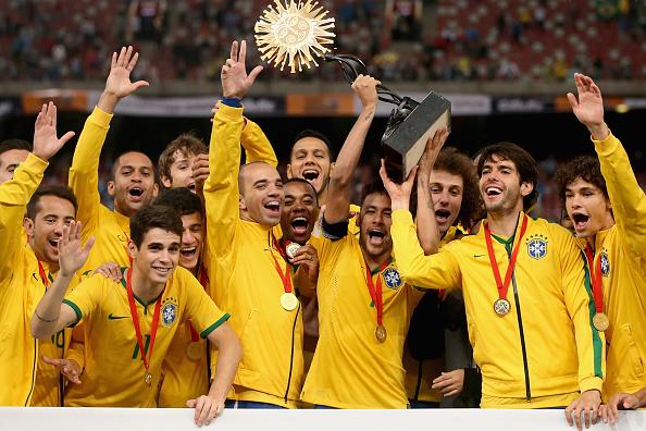 Capitão, Neymar levantou o troféu do Superclássico das Américas | Foto: Feng Li/Getty Images