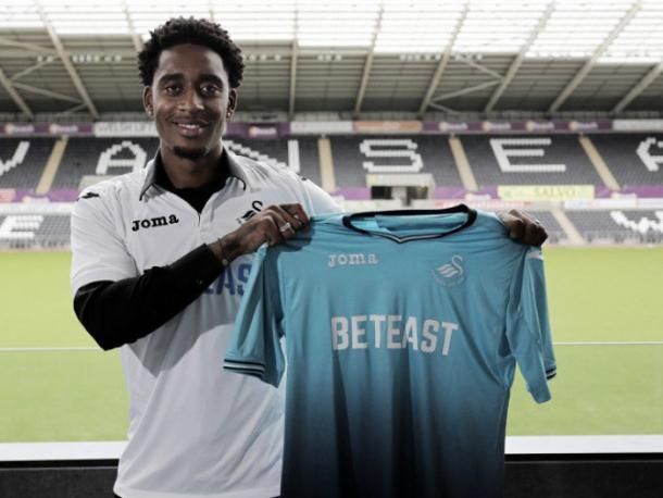 Leroy Fer completing his Swansea move. (Photo: Swansea City A.F.C.)