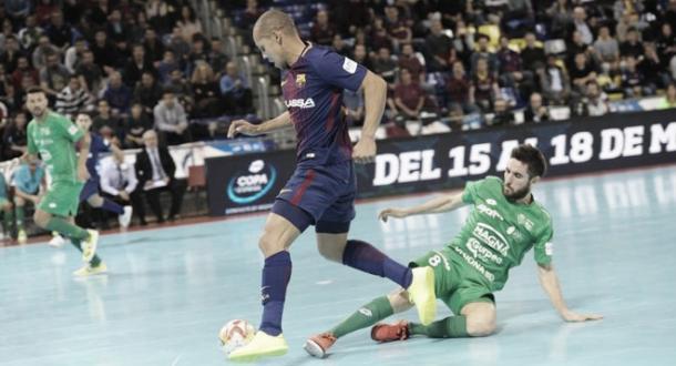 Ferrao conduce el balón en el partido contra el Osasuna Magna | Foto: LNFS