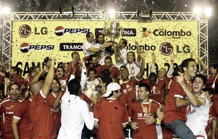 Capitão Fernandão erguendo o seu último troféu (Foto:Alexandre Lopes/SC Internacional)