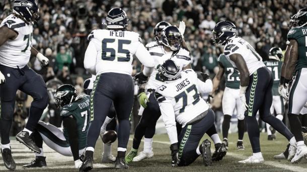 La linea ofensiva de Seattle festejando el TD de Lynch (foto Seahawks.com)