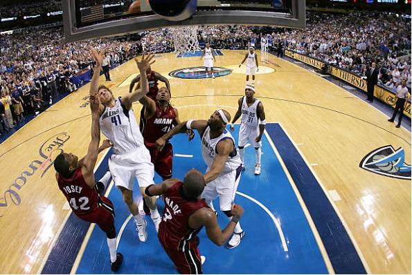 Nowitzki tratando de anotar durante la final de 2006