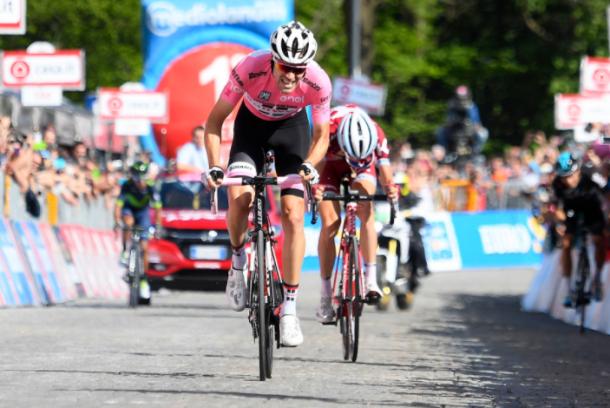 Momento en que Dumoulin supera a Zakarin en los metros finales. Por detrás, Landa y Quintana | Foto: Giro de Italia