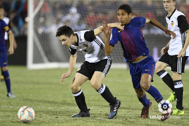 Ivan Vilar pugna un balón con Amadou en la final   Fotografía: La Liga