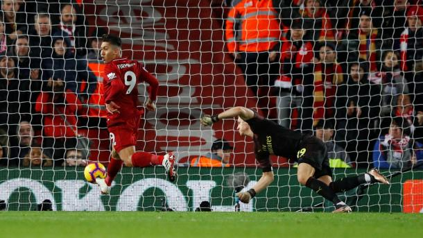 Firmino anotó sin mirar su primer gol en el partido | Fotografía: Premier League