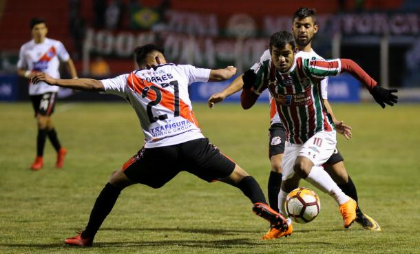Sornoza é marcado por dois jogadores do Nacional Potosí (Foto: Lucas Merçon/FFC)