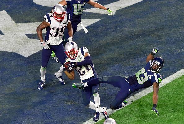 Momento da interceptação de Butler, que culminou no título do Super Bowl a favor dos Patriots | Foto: Focus on Sports via Getty