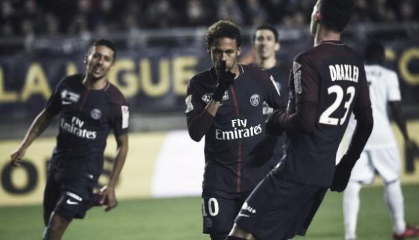 Neymar celebra el tanto callando a la garda