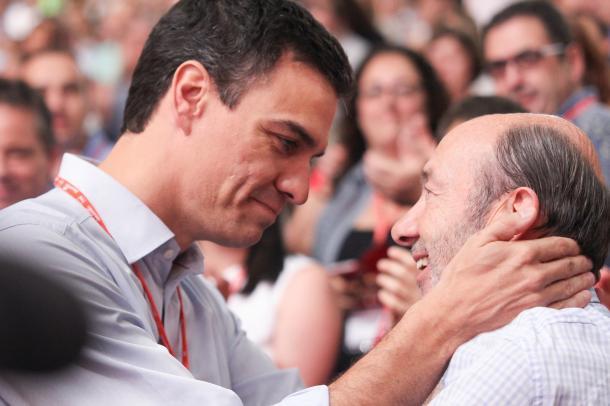 Pedro Sánchez junto a su antecesor, Rubalcaba. Fuente: Cuenta oficial de Facebook de PSOE (@psoe).
