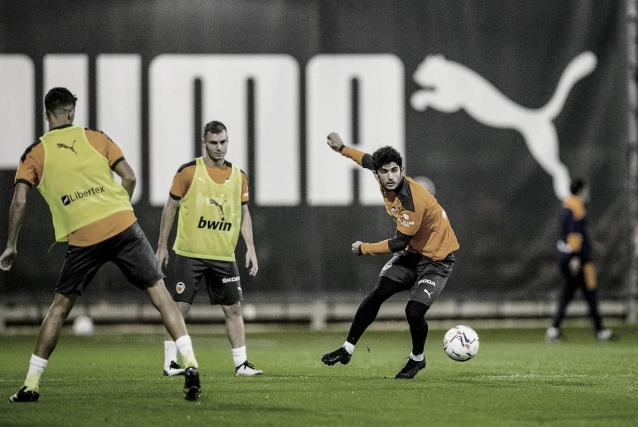 Guedes, tras golpear la pelota. Valencia CF