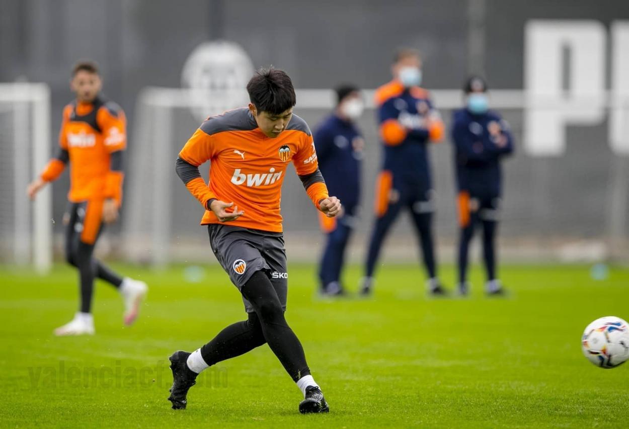 Kang-In, entrenando en Paterna. Valencia CF