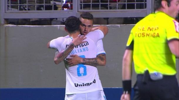Luan comemora com Giuliano a até aqui grande vitória do Grêmio sobre o Galo por 0x3. (Foto: @Gremio)
