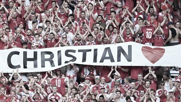 Aficionados daneses homenajeando a Eriksen. / Foto: DBU.