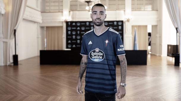 Brais Méndez posando con la nueva camiseta. | Foto: RC Celta.