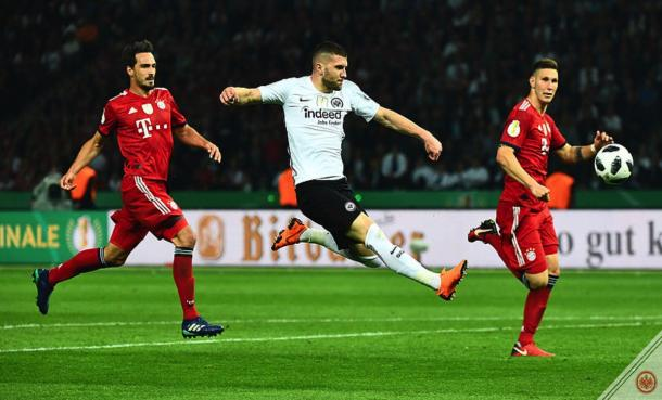 Ante Rebic vs la defensa del Bayern | Foto: @eintracht_esp