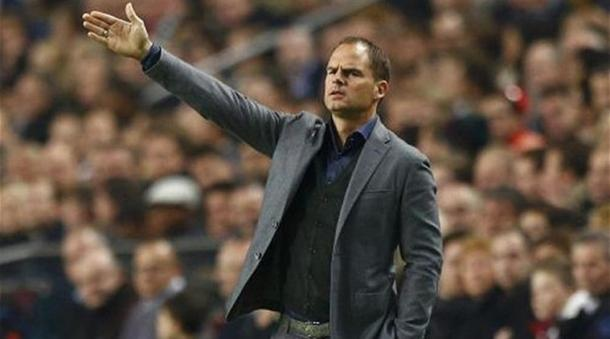De Boer dirigiendo al Ajax (indianexpress.com)
