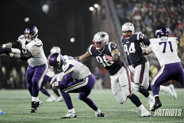 Trey Flowers y Adam Butler alcanzaron a Cousins | Patriots.com
