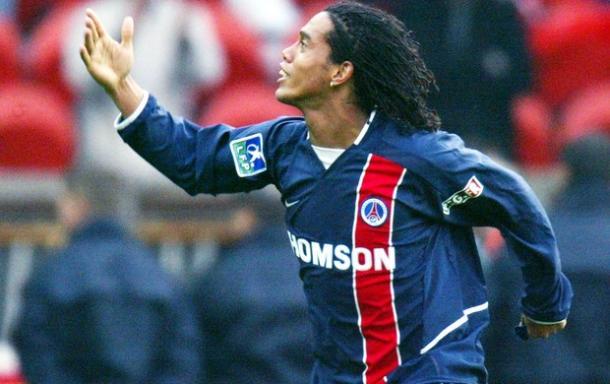 Ronaldinho jogou no PSG entre 2001 e 2003, depois se transferiu para o Barcelona (Foto: Divulgação)