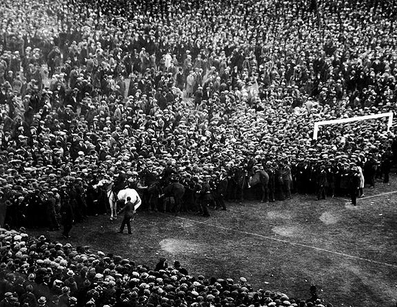 El mítico caballo blanco desalojando a los espectadores del césped. | Foto: FA