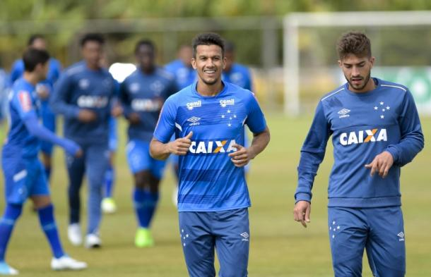 Henrique e Lucas voltam a jogar juntos, devido aos desfalques do Cruzeiro no meio-campo Foto:Washington Alves/Light Press/Cruzeiro)