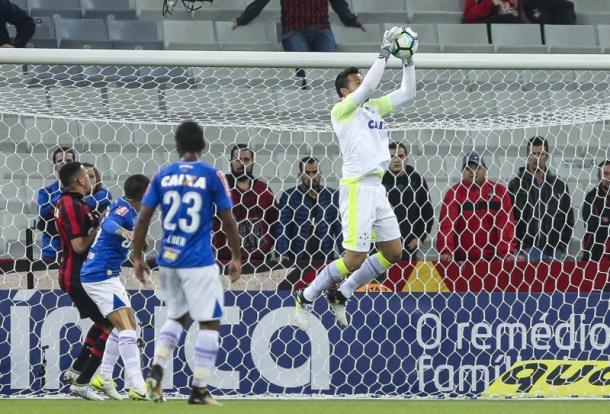 Fábio ganhou todas no alto no primeiro tempo. (Foto: Geraldo Bubniak/Light Press/Cruzeiro)