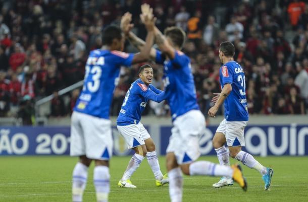 Jogadores comemoram o gol do Cruzeiro. (Foto: Geraldo Bubniak/Light Press/Cruzeiro)