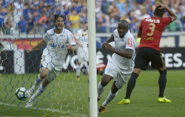 Cruzeiro mostra mais eficiência e sai em vantagem no intervalo (Foto: Washington Alves/Light Press/Cruzeiro)