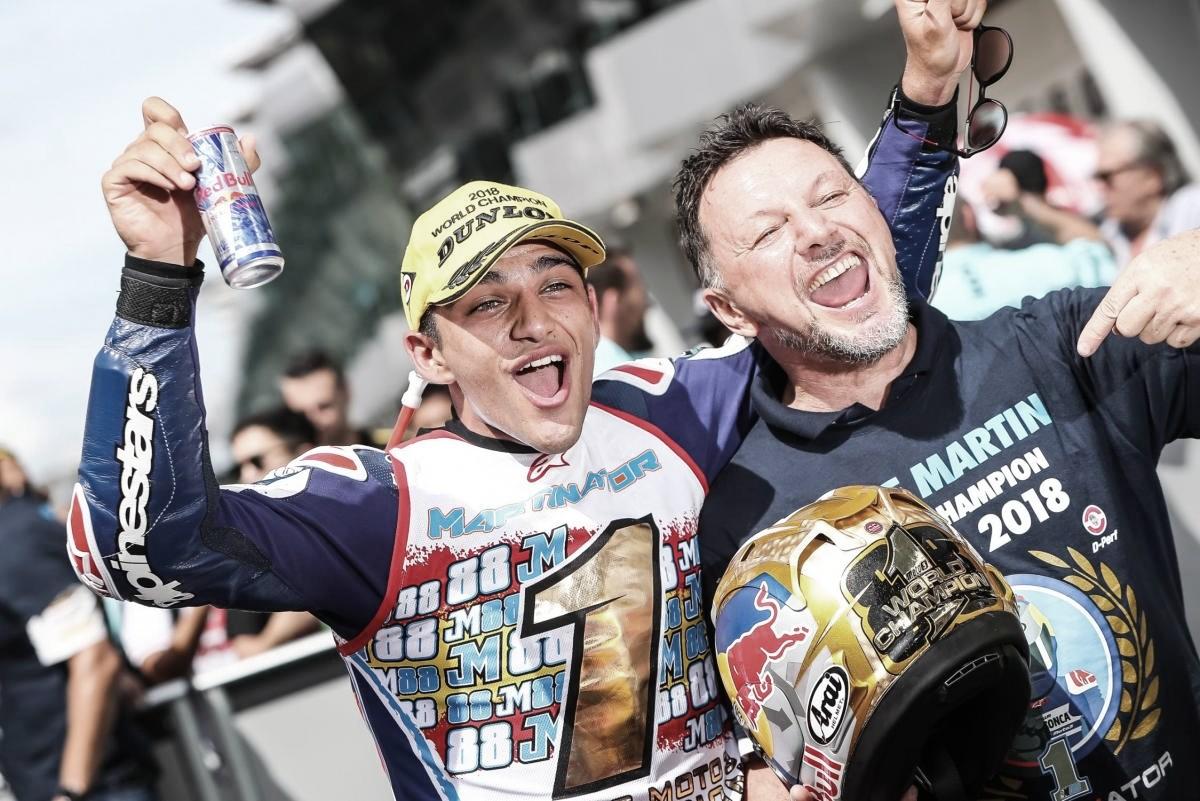 Jorge Martín como Campeón del Mundo de Moto3 junto a Fausto Gresini / Fuente: MotoGP