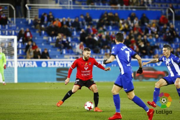 Gabri controla el balón ante la oposición de Torres. / Foto: LaLiga