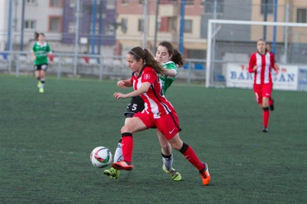 Maite Oroz intenta irse de una jugadora local. | Foto: Athletic Club