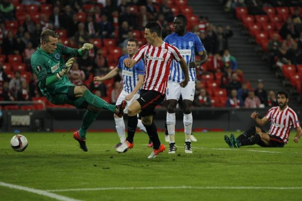 Aduriz anota su primer gol al Genk. | Foto: Athletic.