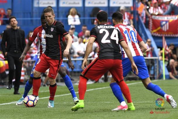 Muniain intenta jugar en el último choque de la temporada.   Foto: LFP