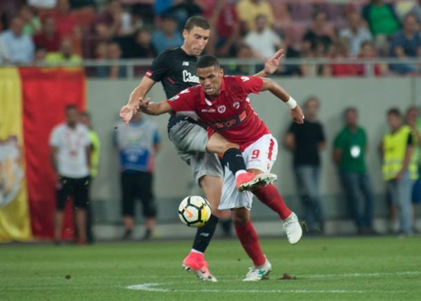 Rivaldinho pelea la pelota en el choque de ida. | Foto: Athletic