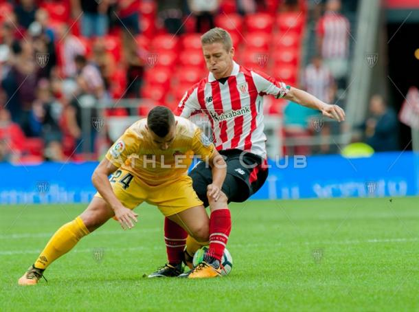 Muniain pelea la pelota en el último choque ante el Girona. | Foto: Athletic