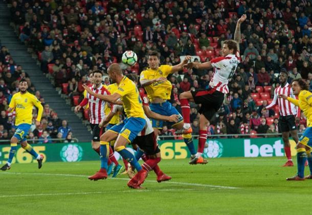 Iñigo Martínez pelea por arriba un saque de esquina. | Foto: Athletic.