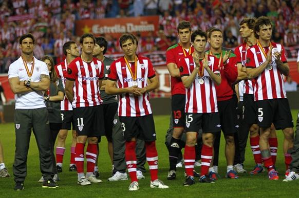 Los jugadores del Athletic aplauden al Barcelona. | Foto: Athletic Club